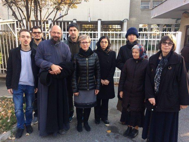 Мисионари испред Окружног затвора у Београду