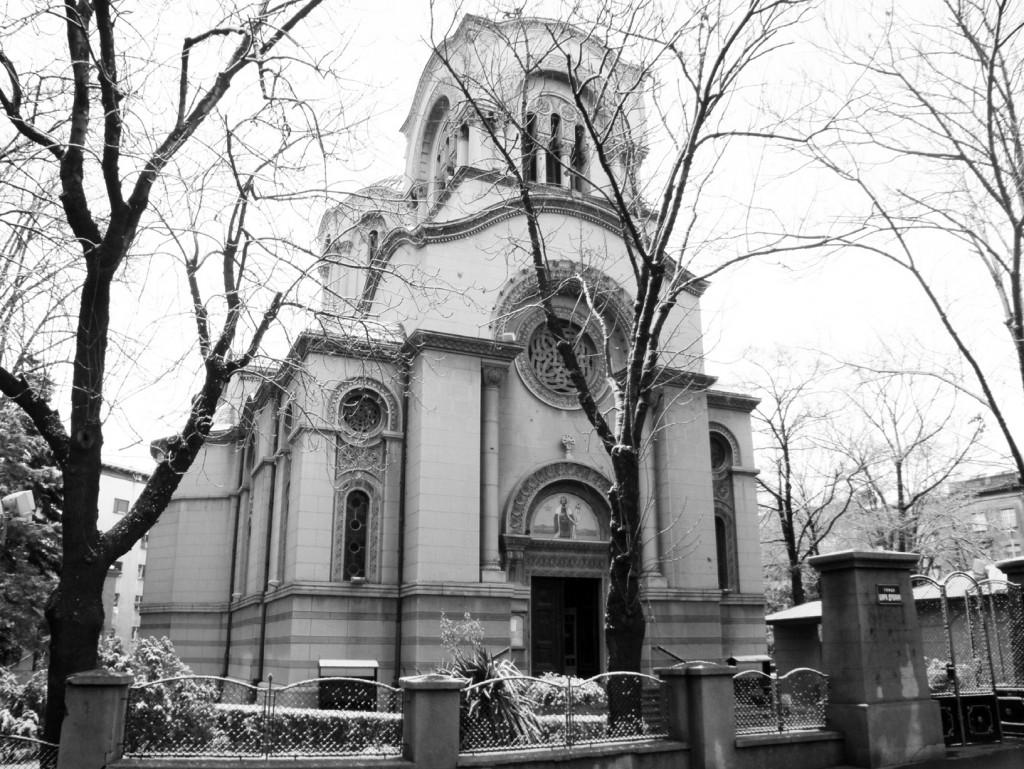 Црква и нови парохијски дом - поглед са западне стране.