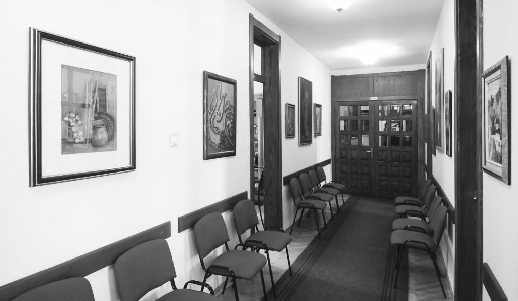 Ходник између свештеничких канцеларија са иконама и уметничким сликама у новом парохијском дому