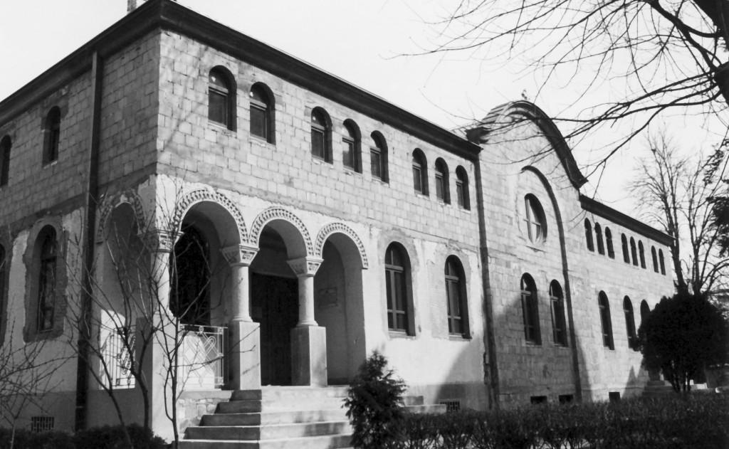 Изградња новог парохијског дома 2002-2003. године (у првом плану лево – стари парохијски дом који је складно уклопљен у нови)