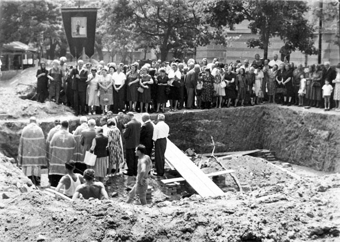 Освећење темеља парохијског дома цркве Св. Александра Невског јуна 1964. године