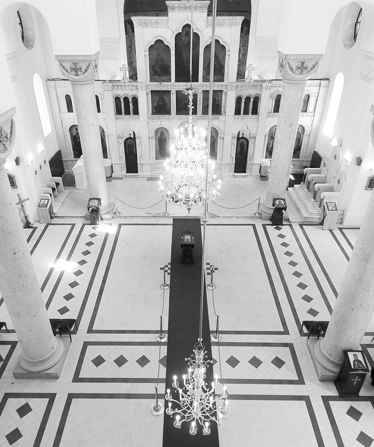 pogled-na-ikonostas-i-naos-crkve-sv