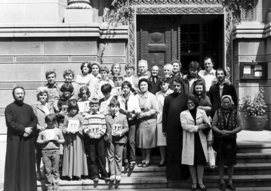 Протојереј-ставрофор Љубодраг Петровић са ученицима веронауке 1980. године пред црквом Св. Александра Невског