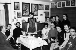 Протојереј-ставрофор Вајо Јовић и протојереј Бранислав Јелић са члановима Православне мисионарске школе – младим мисионарима у старом парохијском дому, 2003. године